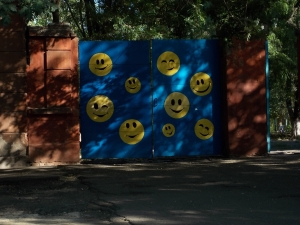 Эти  смайлики живут на воротах в Одессе.