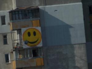 Смайлик на стене 8-го этажа в г.Одесса.